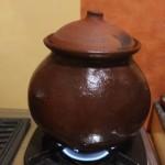 調合してもらった漢方を、素焼き鍋で煎じる