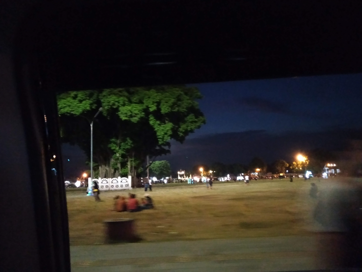 コロナ渦の週末の夜、アルンアルン南広場の様子