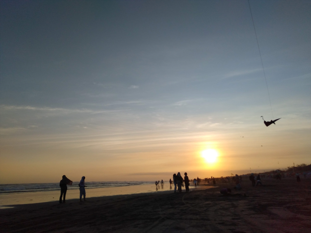 パラントゥリティスビーチで凧揚げ